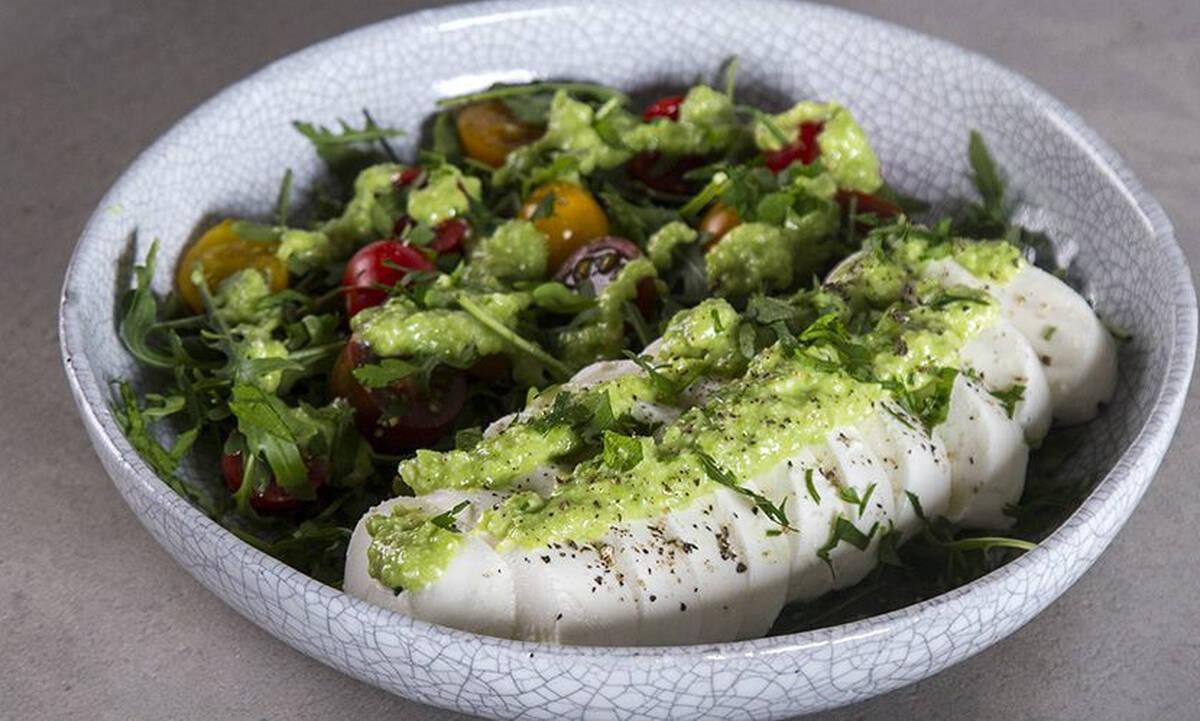 Νόστιμη σαλάτα με πέστο αρακά και μοτσαρέλα