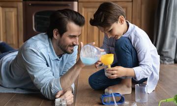Τρία πειράματα για παιδιά με υλικά που έχετε στην κουζίνας σας (vids)