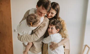 Οι αγκαλιές βοηθούν τα παιδιά να γίνουν ευτυχισμένοι ενήλικες
