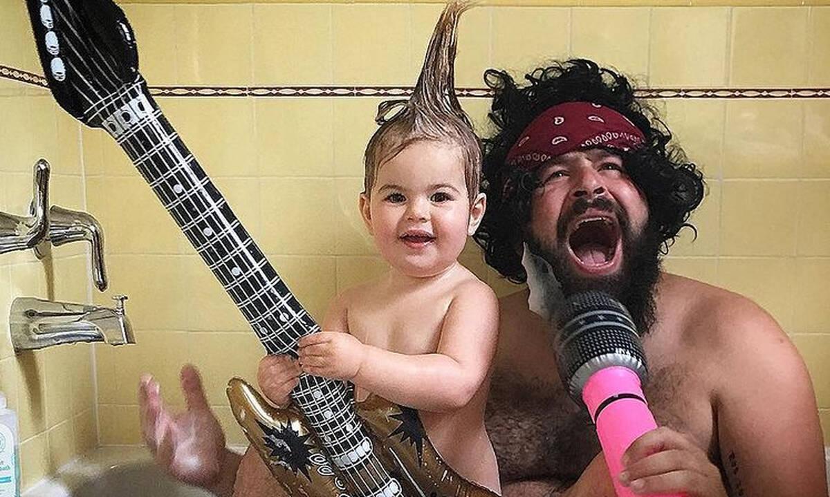 Μπαμπάδες γίνονται ξανά παιδιά για χάρη των παιδιών τους (pics)