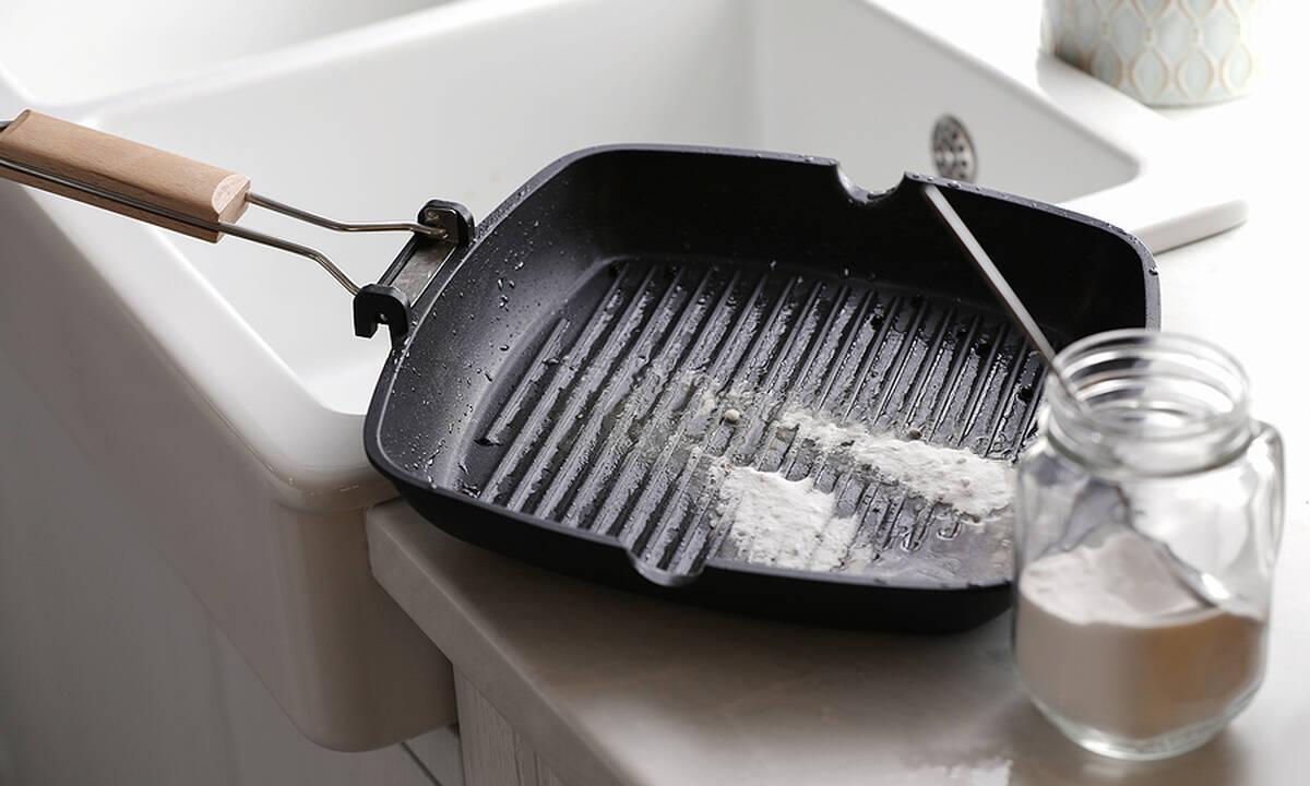 Tips για μαμάδες: Πώς να καθαρίσετε εύκολα το σχαροτήγανο