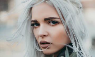 Γκρίζα μαλλιά; Δεν είναι θέμα ηλικίας! Δες πώς μπορείς να τα συνδυάσεις με το μακιγιάζ σου