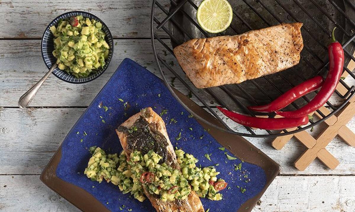 Ψητός σολομός με σαλάτα αβοκάντο - Υγιεινό φαγητό έτοιμο σε 30 λεπτά