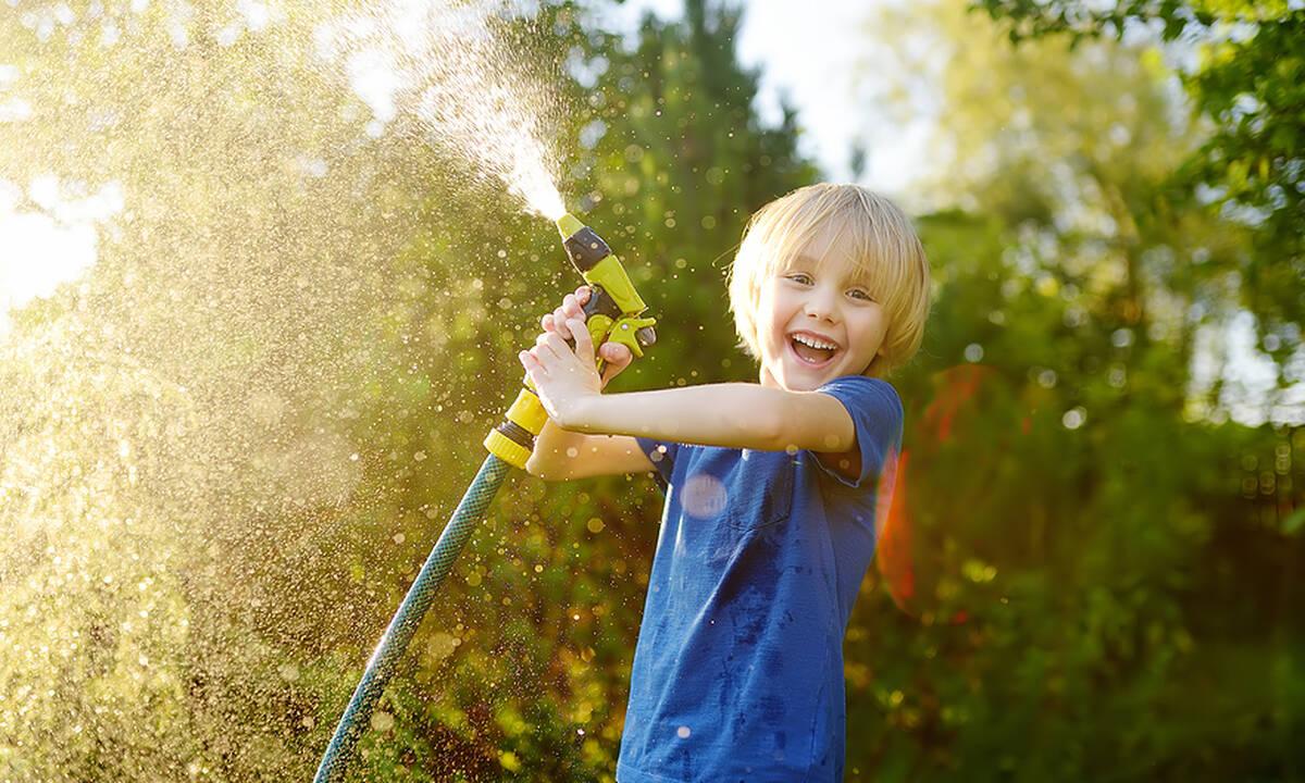 Δραστηριότητες για παιδιά: Πέντε παιχνίδια με νερό για τις μέρες του καύσωνα