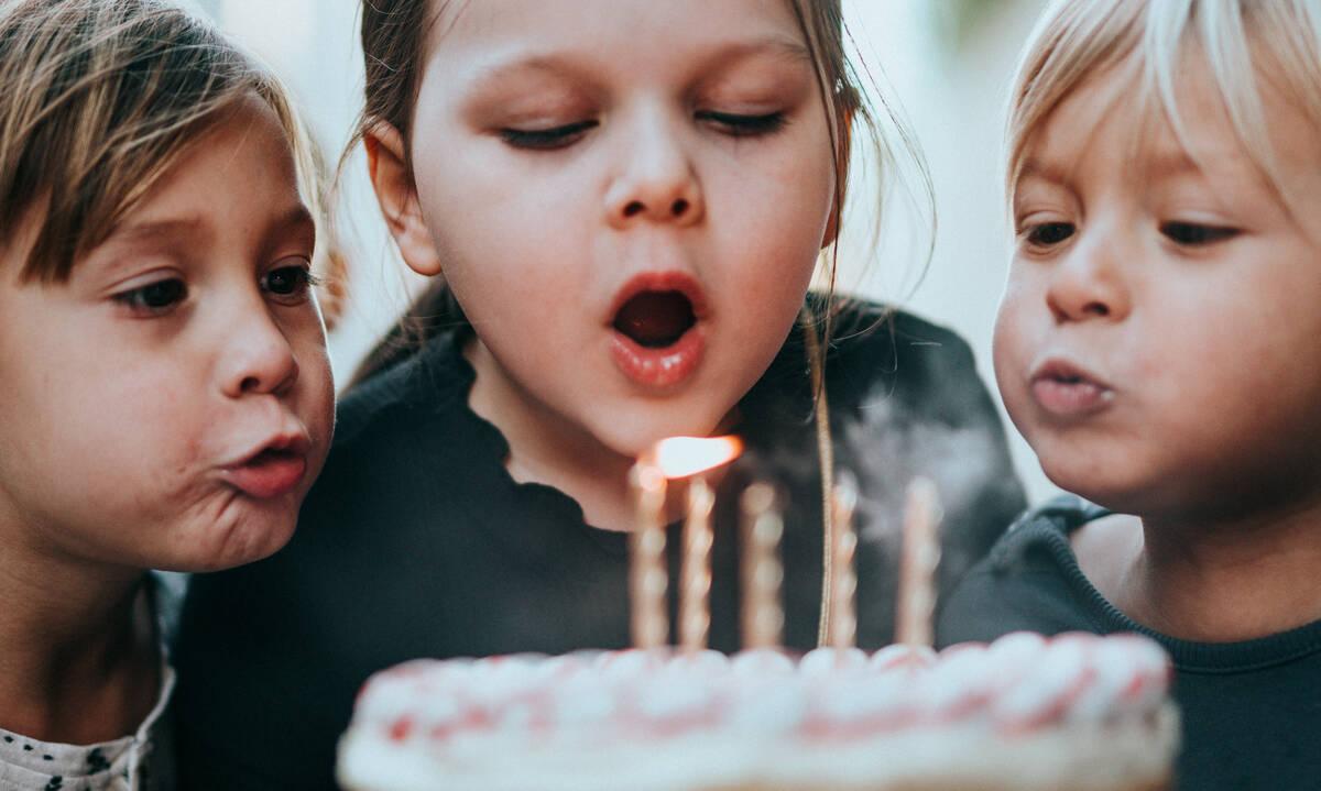 Η πρόσκληση (στο παιδικό πάρτι) άργησε μια μέρα!