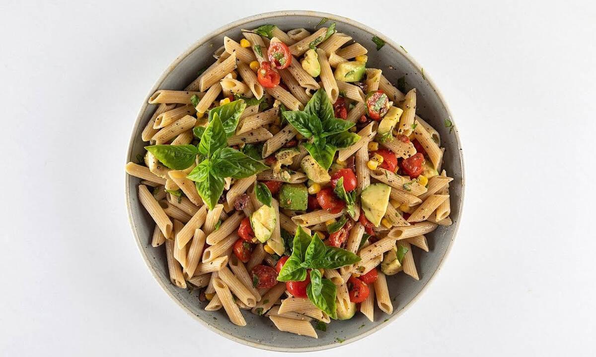 Καλοκαιρινή σαλάτα με πενες, αβοκάντο και ντοματίνια