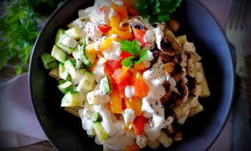 Νόστιμη μακαρονοσαλάτα με ψητά λαχανικά και dressing ταχινιού