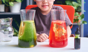 Καλοκαιρινές δραστηριότητες για παιδιά: Εύκολα πειράματα με χρώματα (vid)