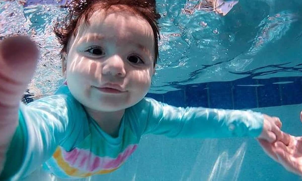 Μωράκια κολυμπούν κάτω από το νερό και ποζάρουν στον φωτογραφικό φακό