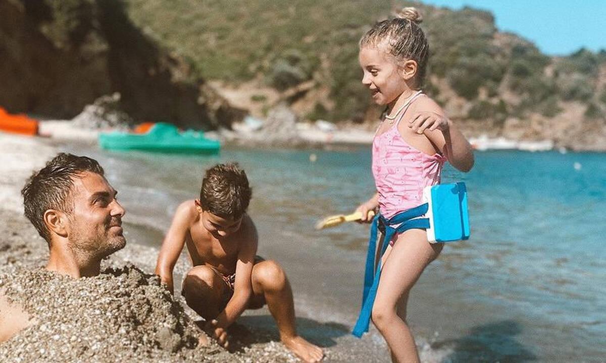 Στέλιος Χανταμπάκης: Παιχνίδια στην άμμο με τα παιδιά του - Απίθανες φώτο