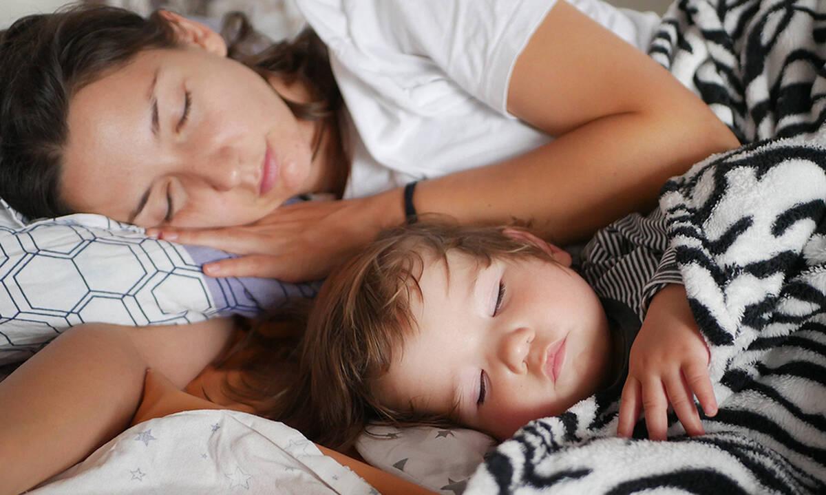 Μαμά πίστευε ότι θα κοιμόταν το βράδυ, ο μπόμπιρας όμως είχε άλλα σχέδια