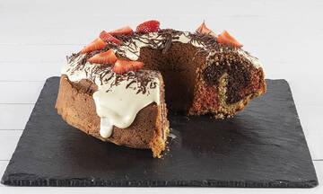 Τρίχρωμο κέικ με φράουλες και λευκή σοκολάτα