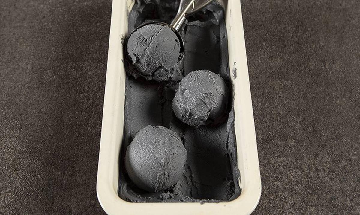 Μαύρο vegan παγωτό καρύδας από τον Άκη Πετρετζίκη