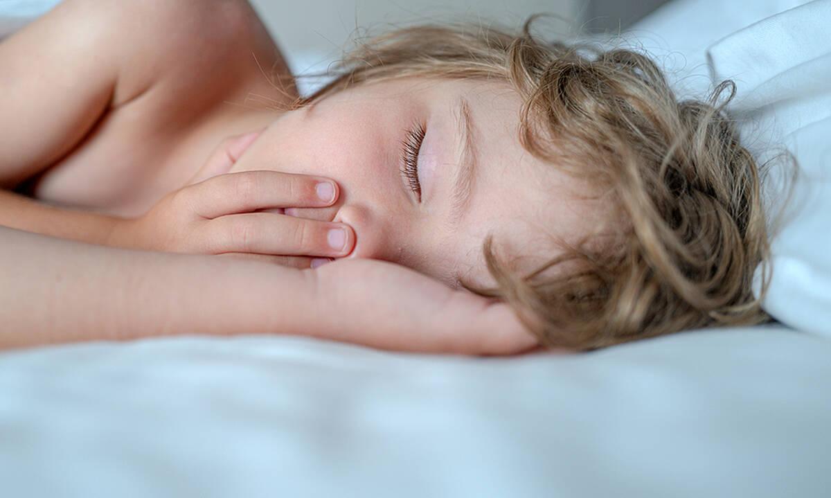 Ο ύπνος του παιδιού το καλοκαίρι - Πώς αλλάζει και τι να προσέξετε