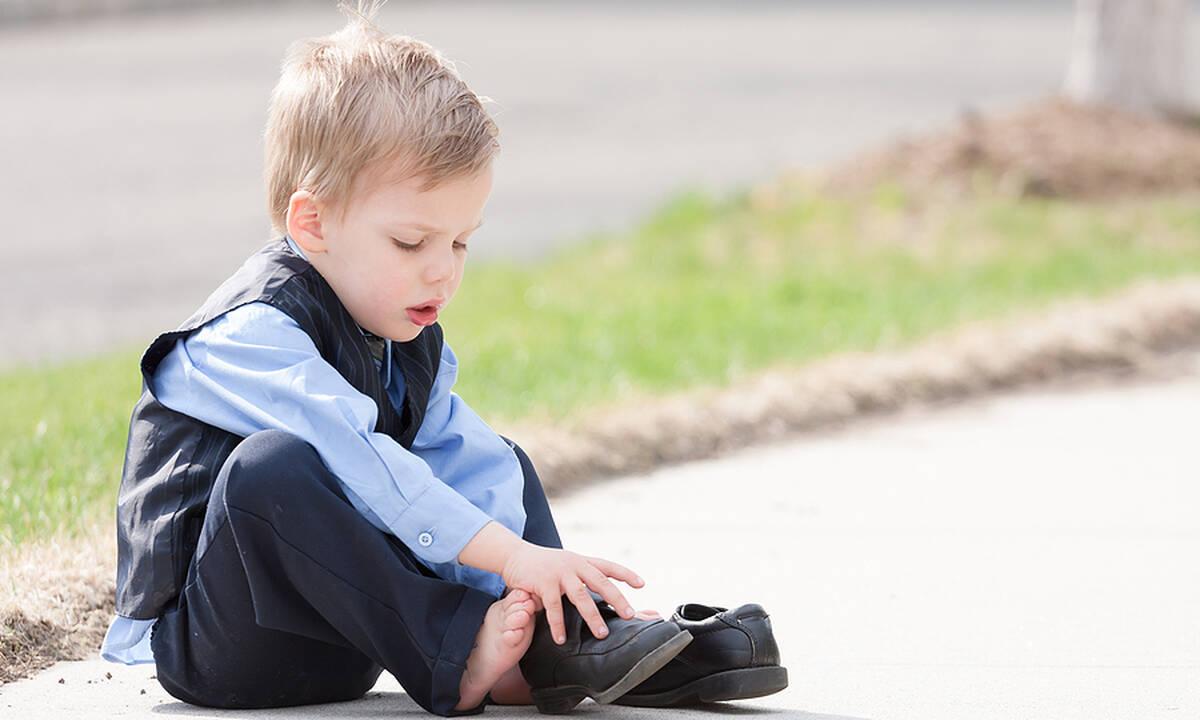 Όταν το νήπιο αρνείται να φορέσει τα παπούτσια του