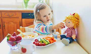 Πρέπει να αφήνουμε τα παιδιά να παίζουν με το φαγητό τους;