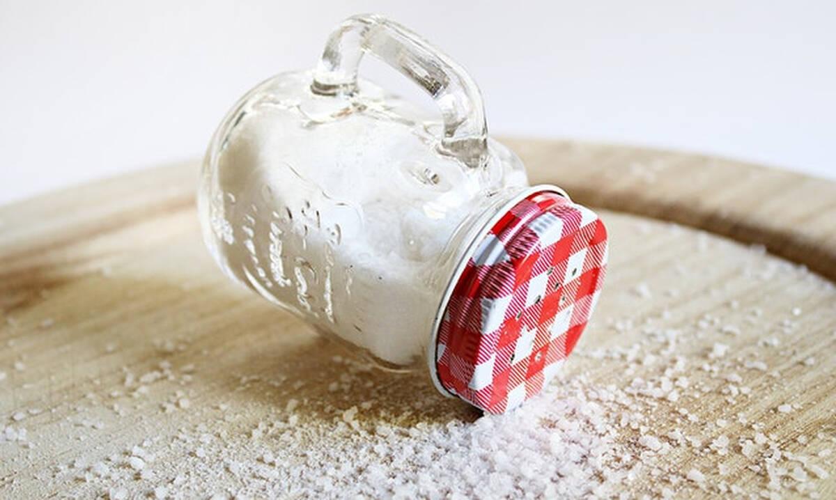 Tips για μαμάδες: Έξι χρήσεις του αλατιού στην καθαριότητα του σπιτιού