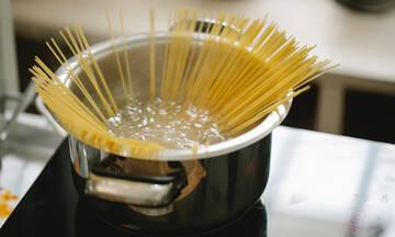 Δέκα έξυπνοι τρόποι να επαναχρησιμοποιήσετε το νερό που βράσατε τα ζυμαρικά