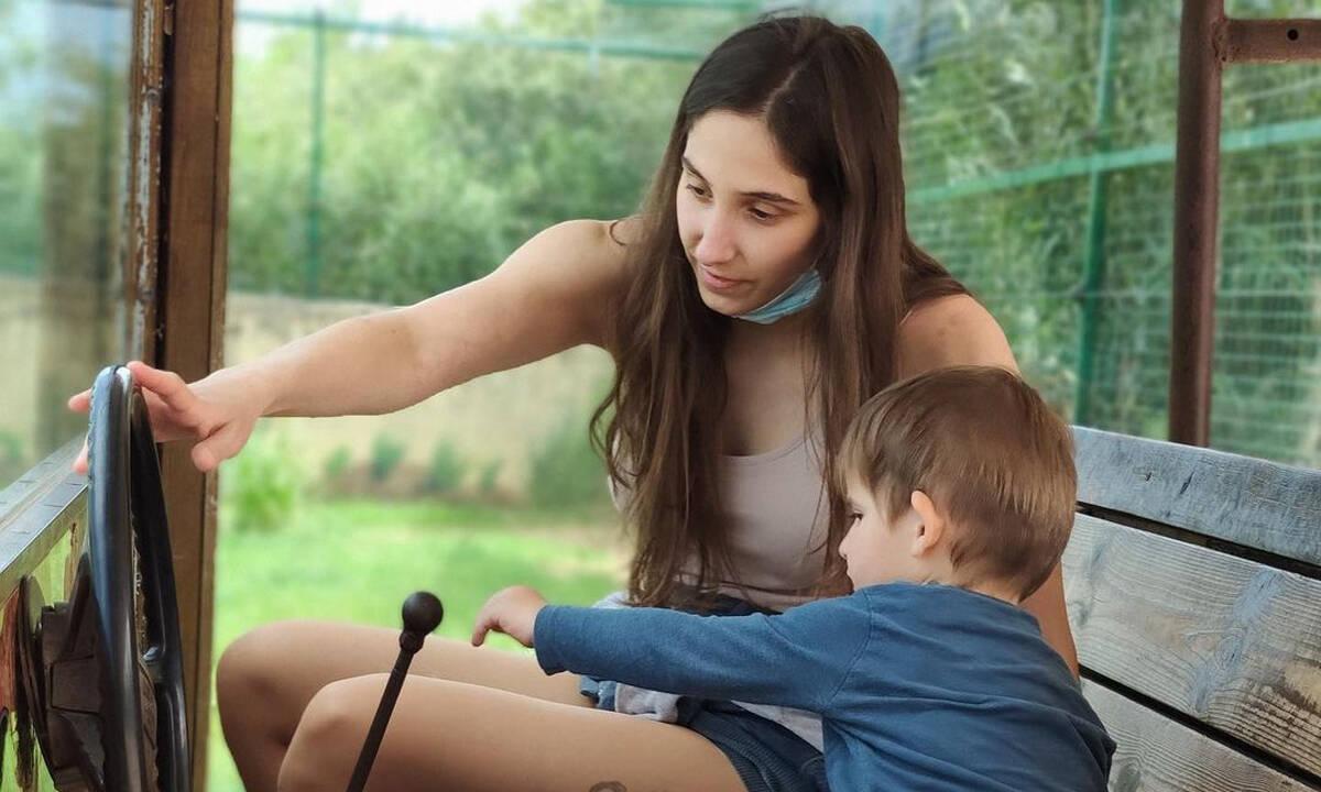 Φωτεινή Αθερίδου: Ο γιος της προσφέρει καφέ στον μπαμπά του - Δείτε φώτο