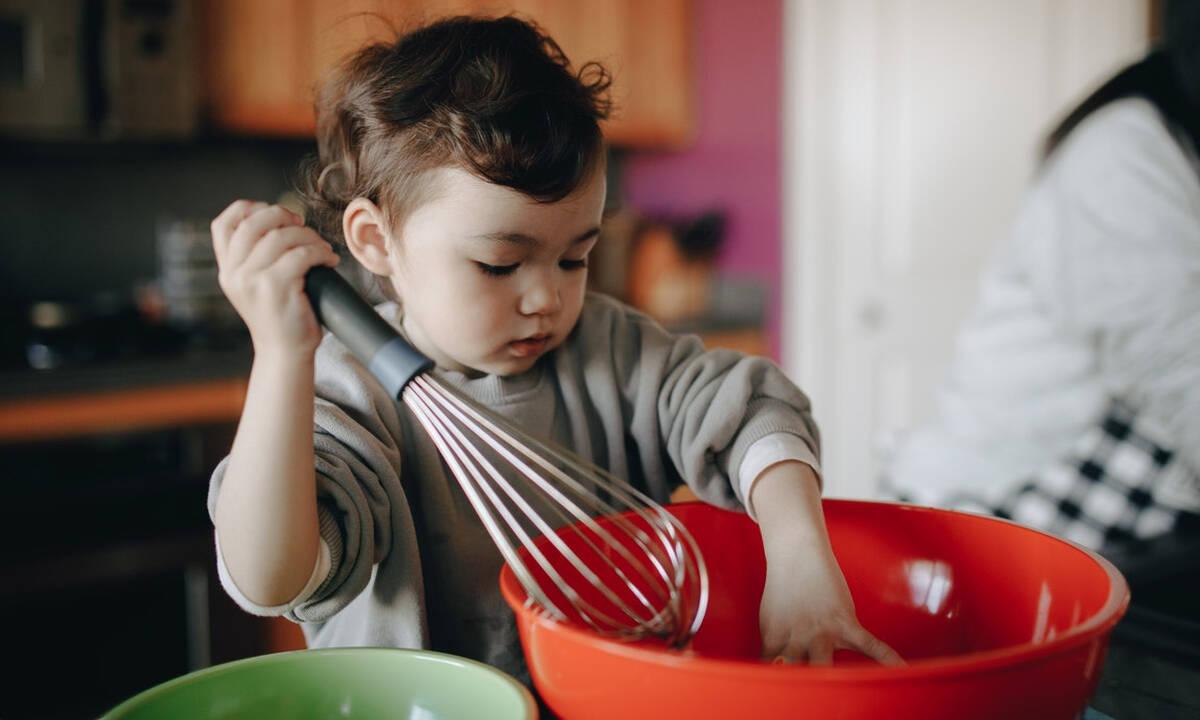 Μαγειρεύουμε παίζοντας: Φτιάξτε με τα παιδιά καλοκαιρινά muffins με κεράσια