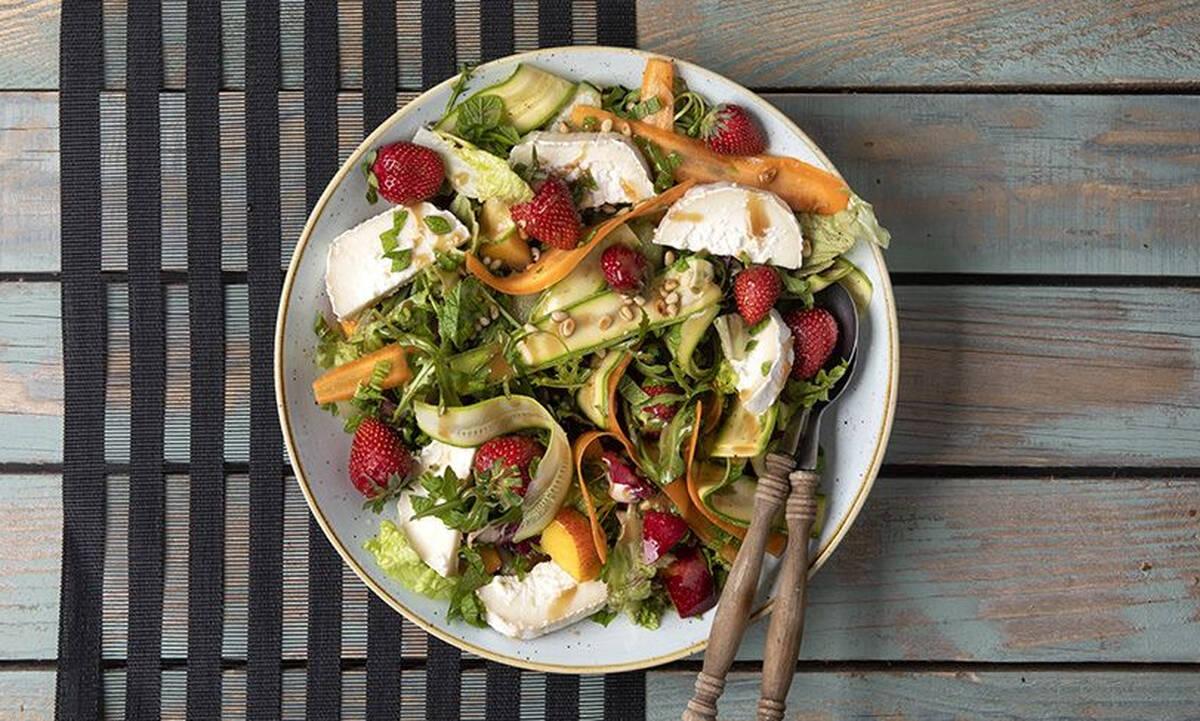 Καλοκαιρινή σαλάτα με φρούτα και κατσικίσιο τυρί