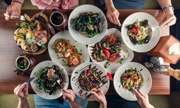 Συμβουλές διατροφής για τις καλοκαιρινές εξόδους για φαγητό