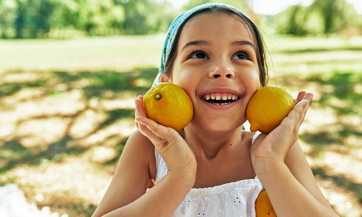 Δύο πειράματα για παιδιά με φλούδες λεμονιού (βίντεο)