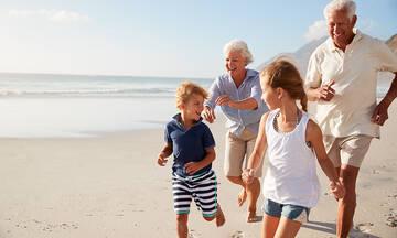 Διακοπές με τον παππού & τη γιαγιά: Λύση ανάγκης ή ιδανική επιλογή για το παιδί;