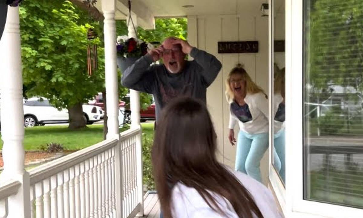 Η μοναδική αντίδραση ενός μπαμπά όταν συναντά την κόρη του μετά από 3 χρόνια