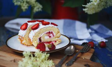 Μαγειρεύουμε παίζοντας: Κέικ ρολό με σαντιγί και φράουλες