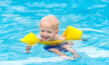 Πρέπει το μωρό να φοράει  μπρατσάκια στη θάλασσα;