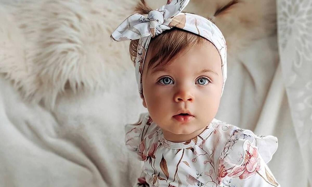Αυτή η μπέμπα λατρεύει τα... floral - Δείτε πώς τη φωτογραφίζει η μαμά της