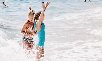 Μωρά στον ήλιο: Πώς θα φροντίσεις βρέφη, νήπια και παιδιά στην παραλία αλλά και στο σπίτι