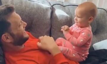 Μωράκι μιλάει στον κωφό μπαμπά του χρησιμοποιώντας τη νοηματική γλώσσα