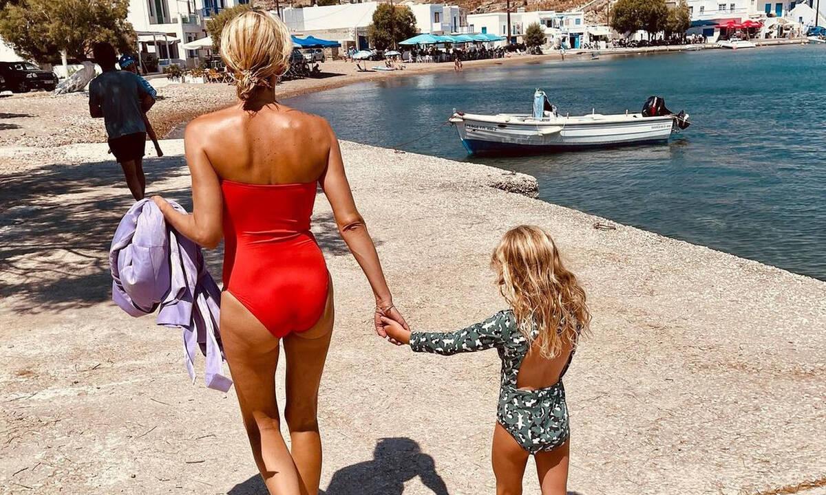 Βίκυ Καγιά: Βουτιές, κολύμπι και βόλτες στις Κυκλάδες με την κόρη της