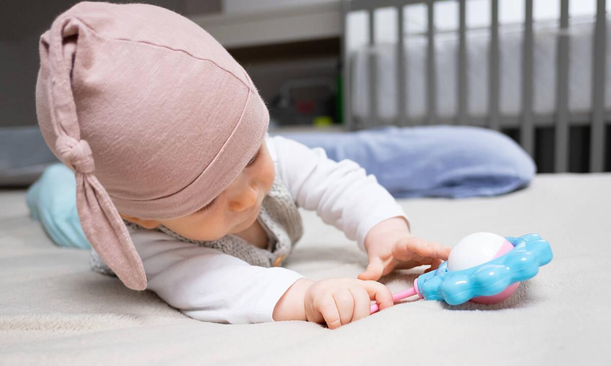 Βρεφικά παιχνίδια: Τρεις λόγοι για να αγοράσετε κουδουνίστρα στο μωρό