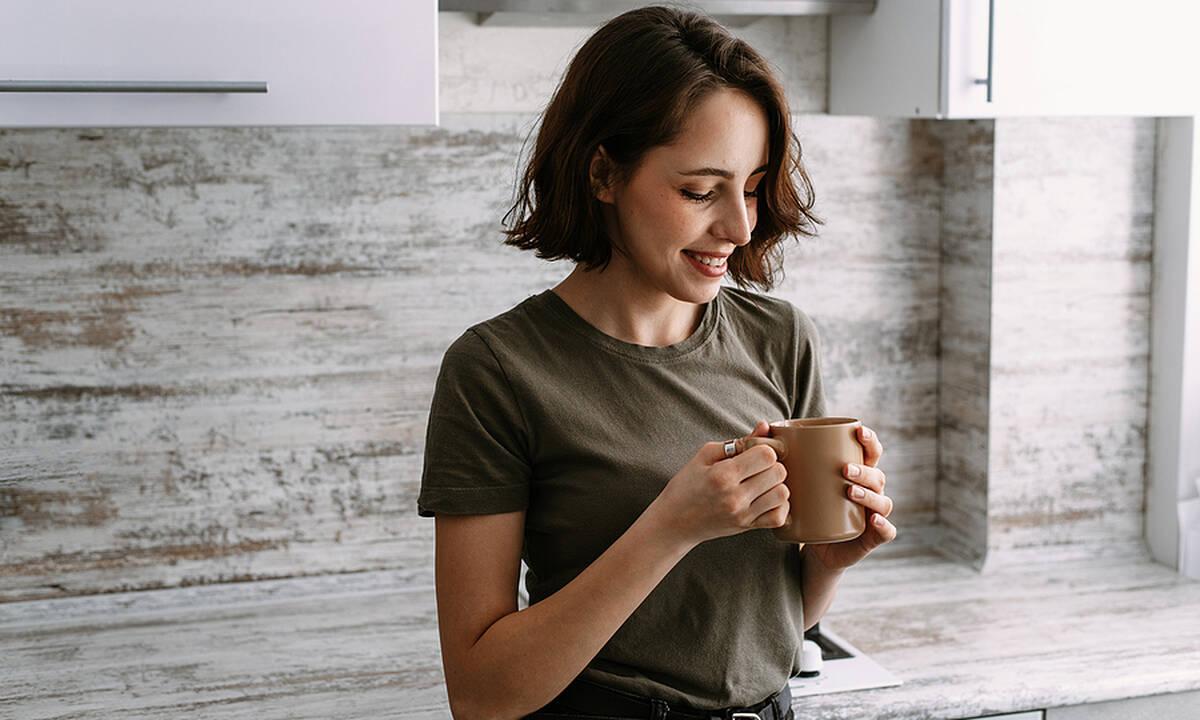 Tips για μαμάδες: Δύο τρόποι να εξαφανίσετε τον λεκέ από καφέ στα ρούχα αμέσως