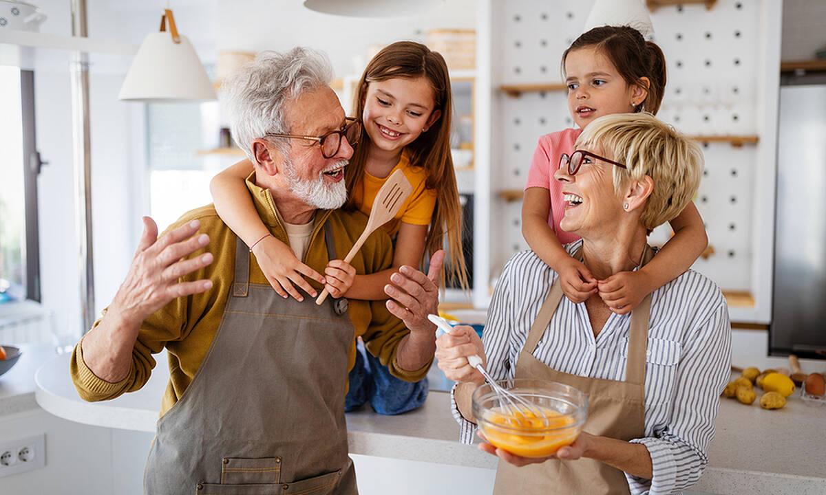 Είναι τυχερά τα παιδιά που απολαμβάνουν την αγκαλιά του παππού και της γιαγιάς