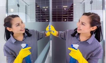 Tips για μαμάδες: Έτσι θα καθαρίσετε αποτελεσματικά τους καθρέφτες στο σπίτι