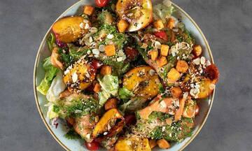 Καλοκαιρινή σαλάτα με σολομό και αμύγδαλα