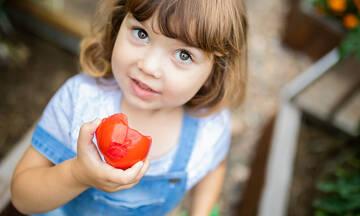 Tips για μαμάδες: Έτσι θα καθαρίσετε το λεκέ από ντομάτα στα ρούχα