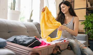 Πώς να διπλώσετε τα ρούχα για να χωρέσουν στη βαλίτσα των διακοπών