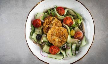 Σαλάτα με σταφύλια και κατσικίσιο τυρί πανέ