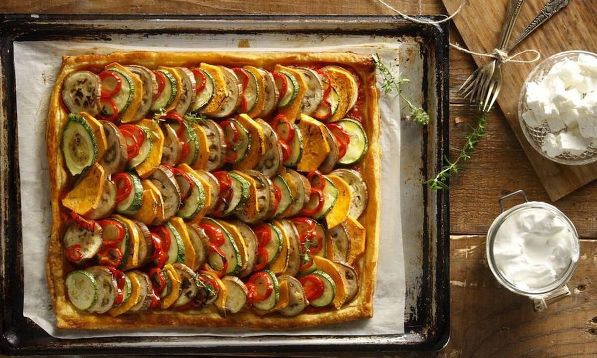 Νόστιμη πίτα με σπιτικό φύλλο και γέμιση από λαχανικά