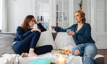 Tips για μαμάδες: Καθαρίστε τον καναπέ του σπιτιού με μαγειρική σόδα