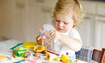 Tips για μαμάδες: Πώς να καθαρίσετε το λεκέ από πλαστελίνη