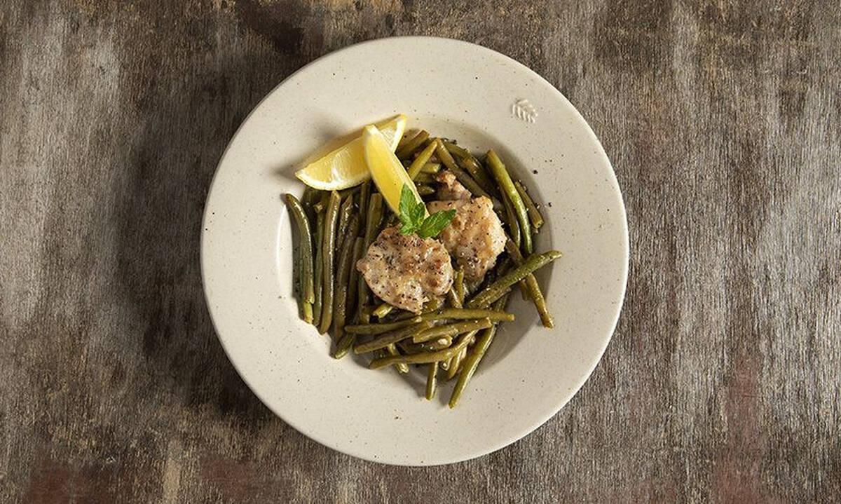 Εύκολη συνταγή για κοτόπουλο λεμονάτο με φασολάκια