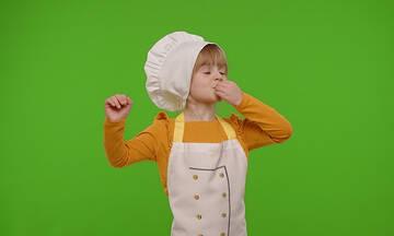 5λεπτη συνταγή για παιδιά: Τραγανά στικς μοτσαρέλας (βίντεο)