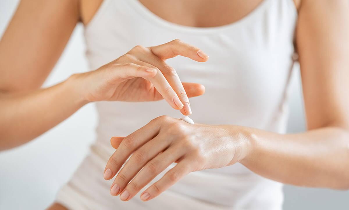 Tips για μαμάδες: Τρεις DIY αντιγηραντικές μάσκες χεριών