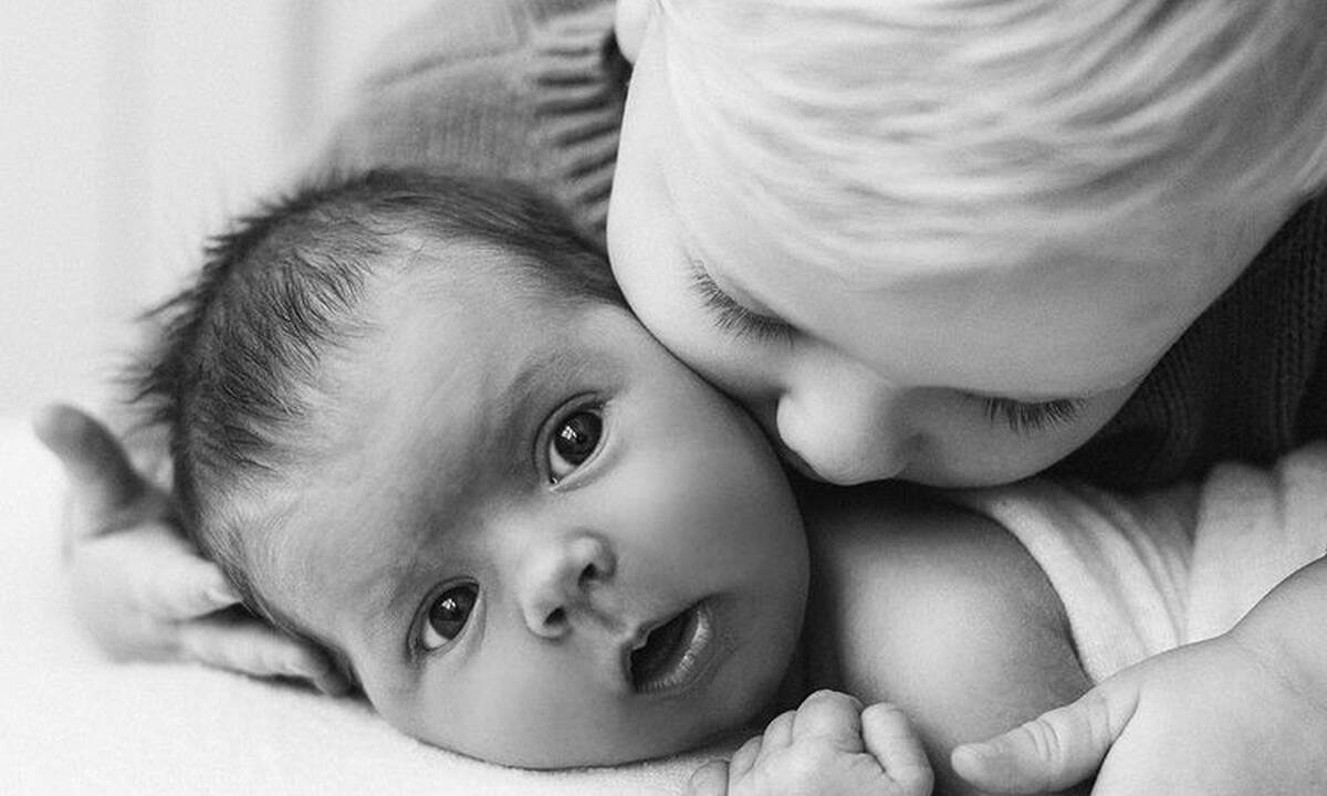 Παιδιά ποζάρουν στον φακό με το μωρό αδερφάκι τους (εικόνες)